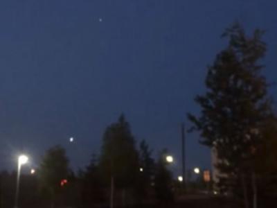 美国阿拉斯加夜空出现神秘光球 突然一分为三