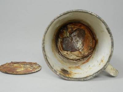 波兰奥斯威辛集中营博物馆发现马克杯杯底夹层放有珍贵的犹太人戒指和项链