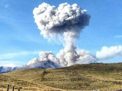 哥伦比亚西部的内瓦多德鲁伊斯火山(Nevado del Ruiz)喷发