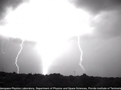 美国物理学家用高速摄影机在澳洲拍下闪电击落地面过程