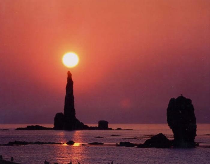 """骤眼看来,蜡烛岩""""点燃""""太阳。"""