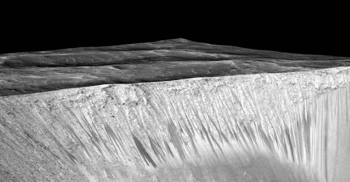 天文学家发现火星表面斜坡上有随季节变化的线条状痕迹。