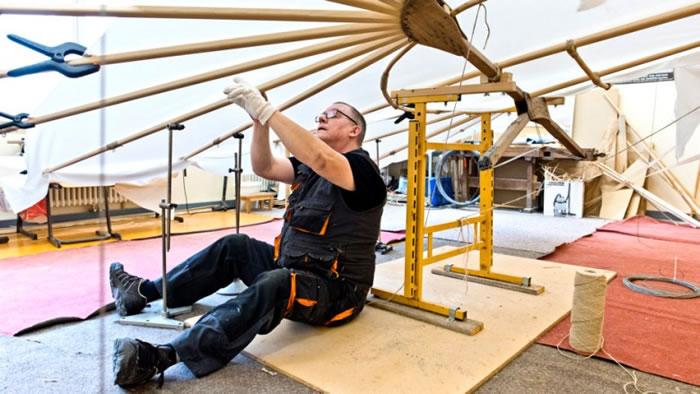 专家用柳木及其他材料重制滑翔机。