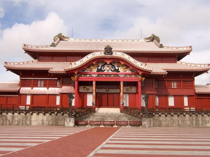 冲绳历史悠久,图为其古都首里城的王宫。  冲绳民众对其文化深感自豪。