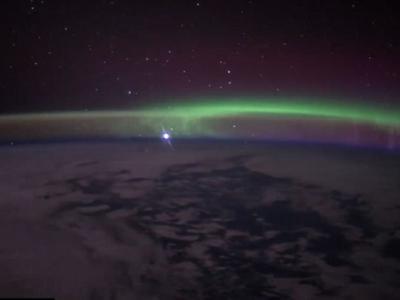 国际空间站宇航员拍到金星从地球极光后升起