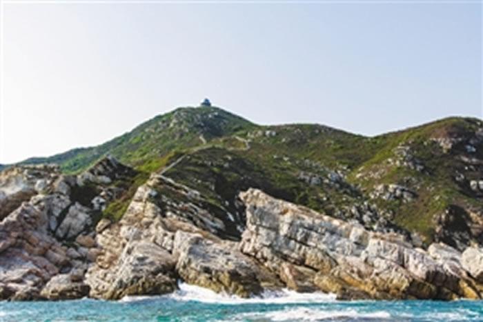 深圳东部海岸线的岩石构造清晰保留了侏罗纪火山喷发后的形态。