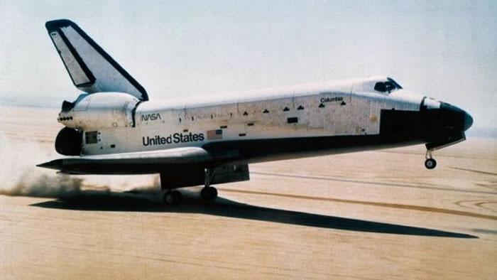 哥伦比亚号航天飞机的发射看起来一切顺利。但是,宇航员在进入轨道并打开负载舱门之后,他们在轨道器尾部发现了几处消失的隔热保护陶瓷。