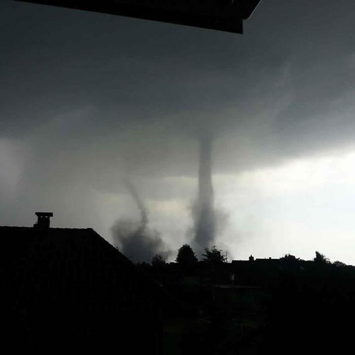 德国农田罕见现双龙卷风