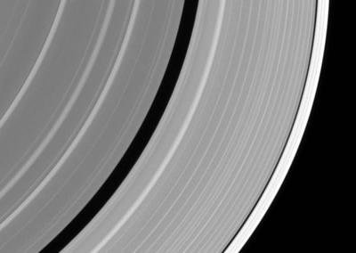 土星光环中飞出外星飞船?