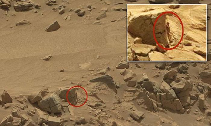 """UFO猎人在好奇号火星车拍摄的照片中发现了异常现象,一个""""人形生物""""躲藏在岩石后方,推测其身高仅有15厘米。"""