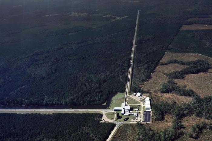 俯瞰位于美国路易斯安纳州利文斯顿的LIGO侦测站。 PHOTOGRAPH COURTESY LIGO