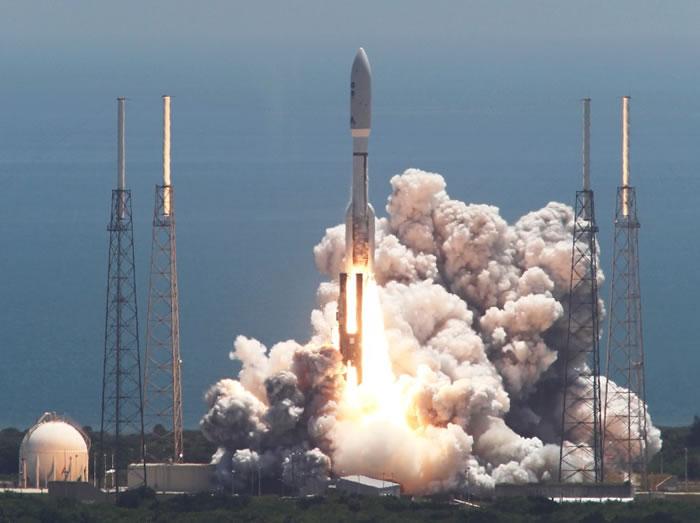 """朱诺号当年搭载""""宇宙神-5""""运载火箭,从佛州卡纳维拉尔角空军基地发射升空。"""
