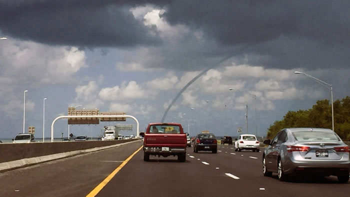 古巴首都哈瓦那南部海滩出现多条水龙卷