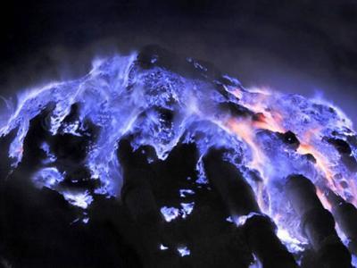 印尼东爪哇卡瓦伊真火山喷诡异蓝火焰