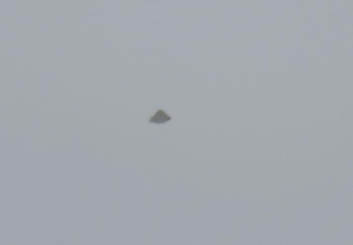 加拿大多伦多不明飞行物体发烧友拍到三角形UFO紧随客机
