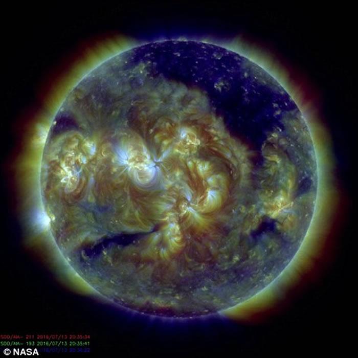"""天文学家最新观测太阳大气层中存在一个巨大""""黑洞"""""""