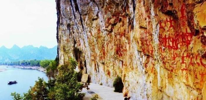 广西左江花山岩画位于广西崇左市。