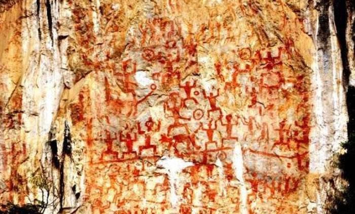 """岩画群以""""蹲式人形""""为基础符号。"""