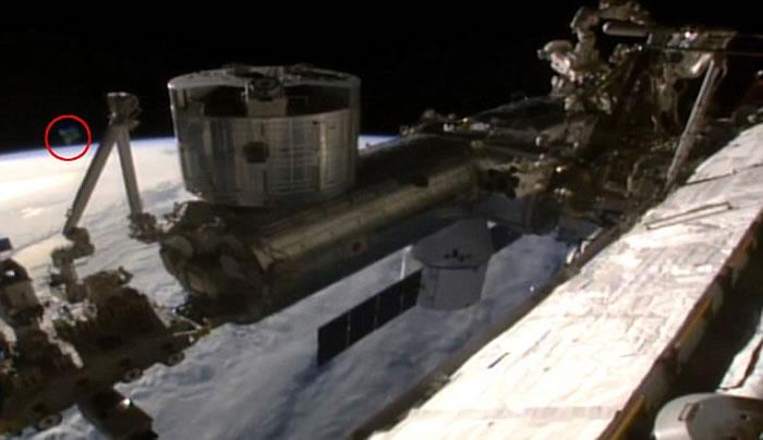 之前的视频显示一个不明漂浮物正在接近国际空间站