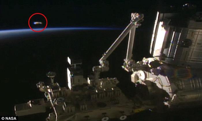 还曾有视频拍到一个雪茄状不明飞行物在国际空间站附近游弋