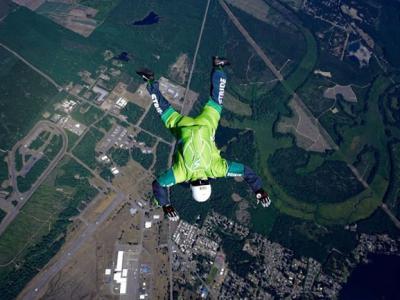美国高空跳伞高手Luke Aikins将不用降落伞或蝙蝠装从飞机上纵身跳下