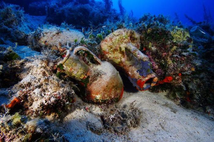 这些可能是希腊化时代的双耳罐,来自于尼多斯岛(Knidos )和科斯岛(Kos)。它们摔碎在海底峭壁的斜坡上。 PHOTOGRAPH BY VASILIS ME