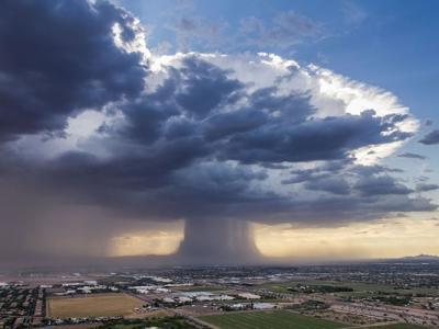 美国凤凰城上空出现震撼磨菇云