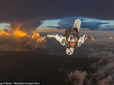美国冲浪式跳伞专家Sean MacCormac3000米高空穿越雷雨