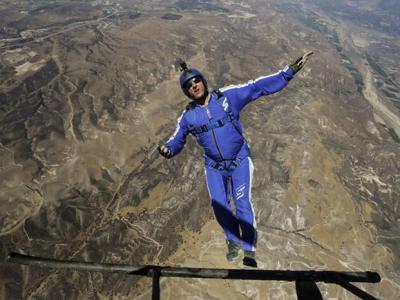 美国跳伞好手Luke Aikins没背降落伞从7620公尺高空一跃而下