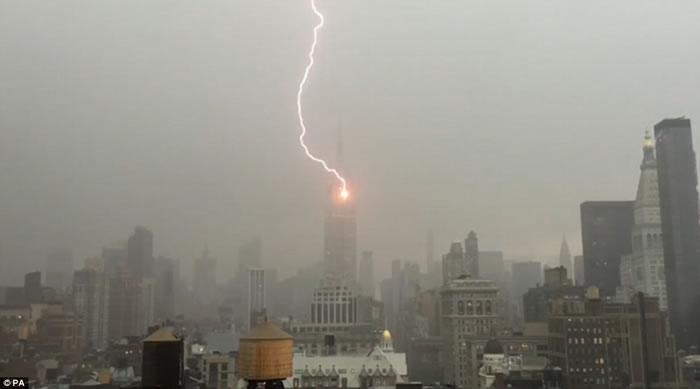 美国记者手机拍下闪电击中纽约帝国大厦