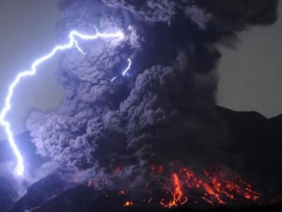 日本樱岛火山昭和火山口爆炸式喷发 火山灰喷至5千米高空