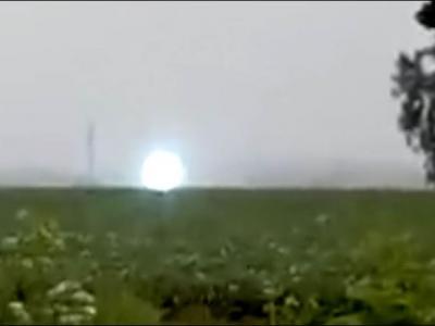 俄罗斯农田惊现火球状UFO 实为罕见球状闪电
