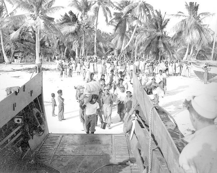 美军把环礁上的居民撤走。