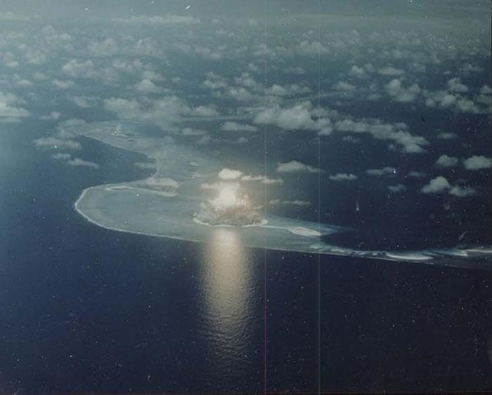 核试扬起了巨大的蘑菇云。