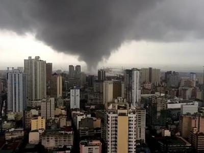 菲律宾首都马尼拉出现罕见龙卷风 横扫过人口稠密市区