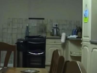 家中监控镜头拍到厨房出现的灵异一幕:厨具满天飞柜门自动打开