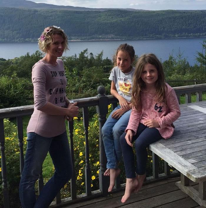 尼斯湖水怪再度现身?游客湖边享用午餐时发现水面出现神秘涟漪