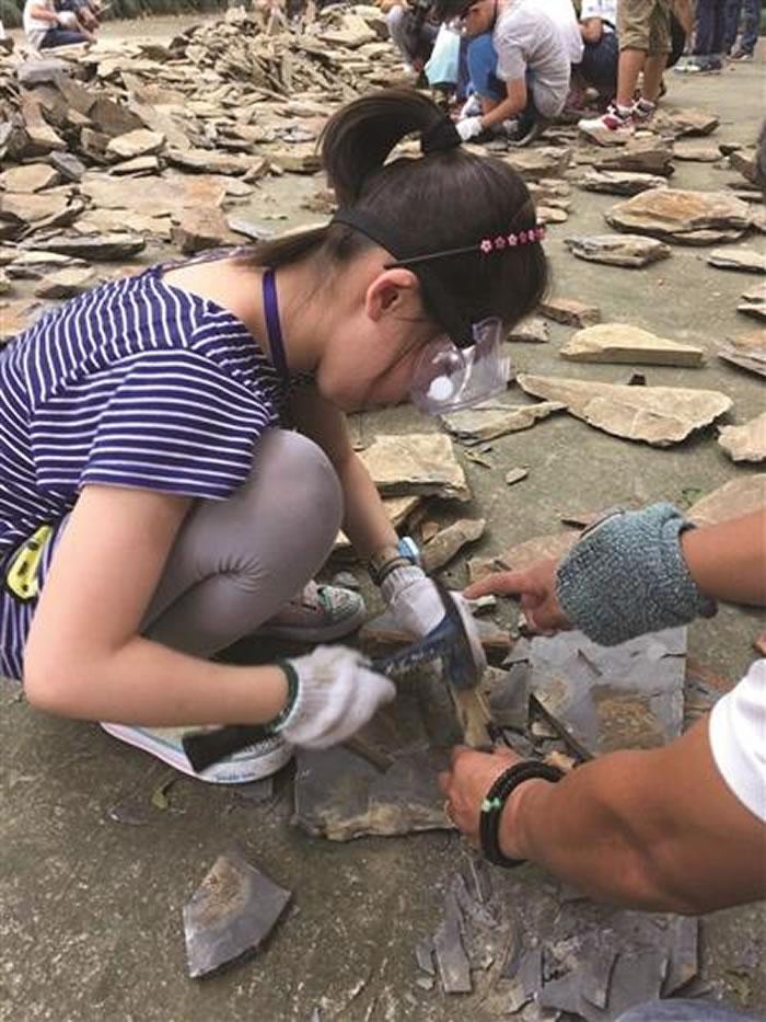 参与者在砸化石