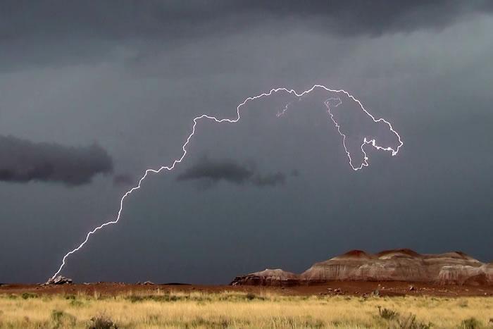 美国亚利桑那州国家公园上空出现暴龙型闪电