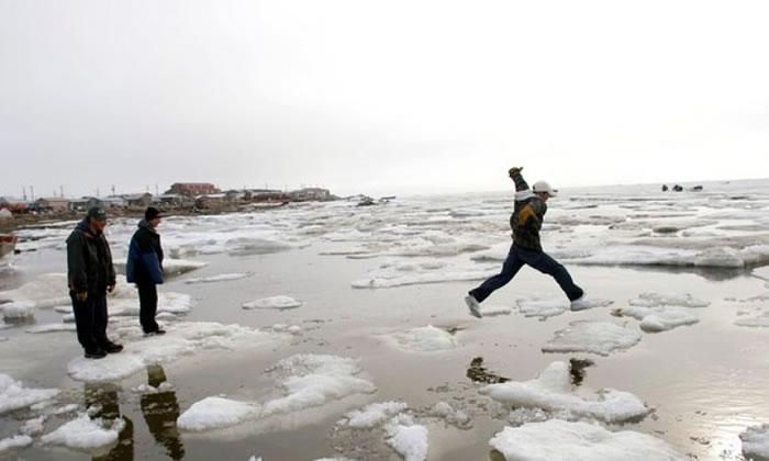 岛上的冰变得愈来愈薄。