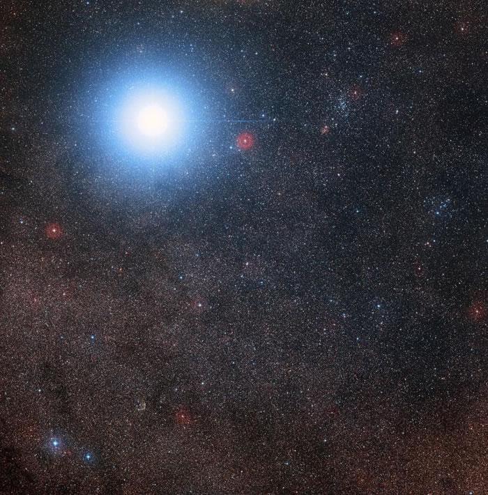 半人马座比邻星是南门二的三合星系统的一部份,图示为数位巡天计画2(Digitized Sky Survey 2)的合成影像。 PHOTOGRAPH BY ESO