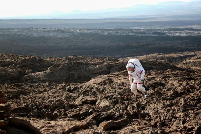 六名小队员最近花了一整年的时间在虚拟火星上。任务期间,每当他们离开小屋时,便必须穿着太空衣。 PHOTOGRAPH BY NADIA DRAKE