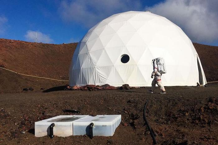 离开这栋圆顶建筑外出时,必须穿上太空装。