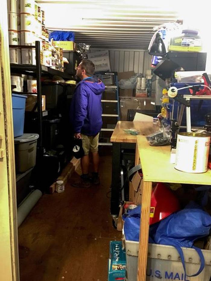 在1200平方呎的家中有足够的储藏空间可存放工具和冷冻干燥食品。