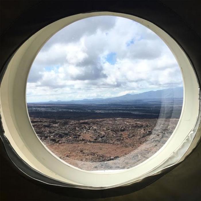 从窗户往外看,便是一整片的熔岩地和火山群。
