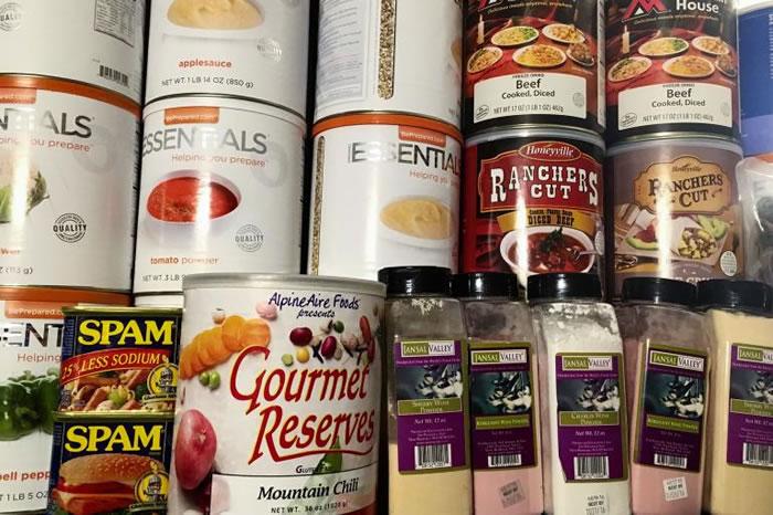 罐头、肉干和酒粉末状的带给你营养均衡的一餐。