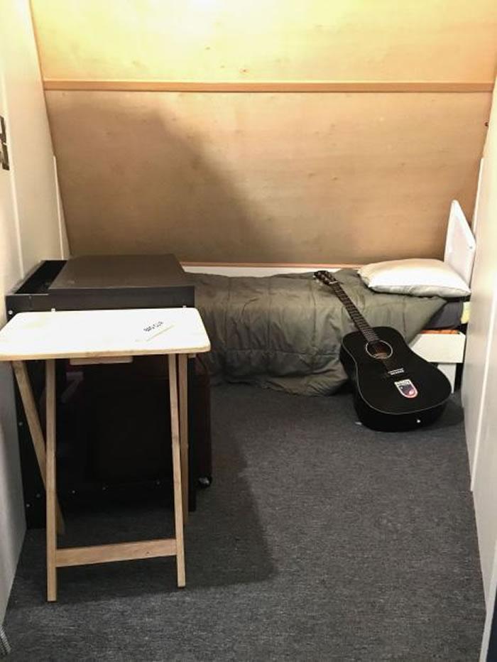 二楼的卧室勉强可以摆入一张床和一些私人物品。