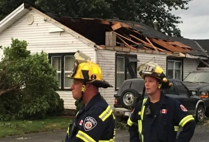 房屋屋顶被强风吹毁。