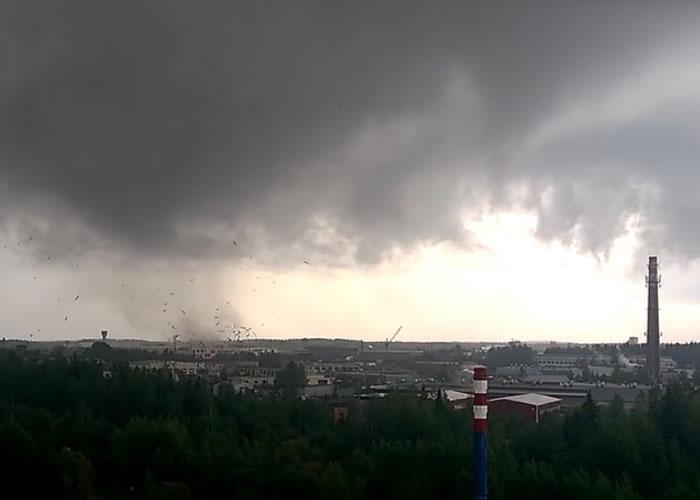 俄罗斯的瑟克特夫卡尔受到龙卷风吹袭。