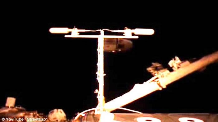UFO爱好者发现外星人飞船监控国际空间站?出现两个神秘闪烁光源